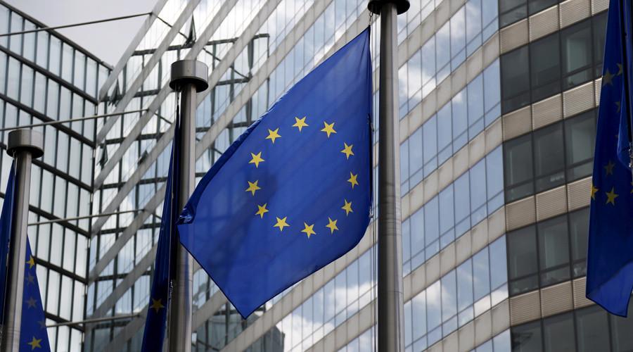 A European Union flags flutters outside the EU Commission headquarters in Brussels, Belgium © Francois Lenoir