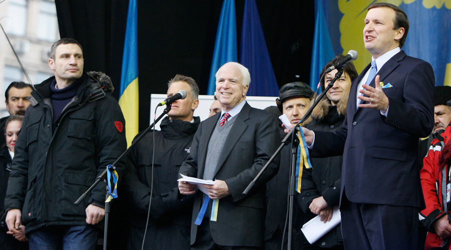 U.S. Senator Chris Murphy (R) makes a speech to pro-European integration protesters as Senator John McCain (C) and Ukrainian opposition leader Vitaly Klitschko (L) look on during a mass rally at Independence Square in Kiev December 15, 2013. © Gleb Garanich