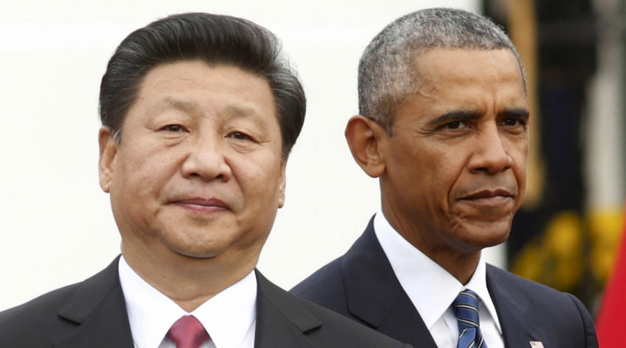U.S. President Barack Obama (R) stands with Chinese President Xi Jinping during an arrival ceremony at the White House in Washington September 25, 2015. © Kevin Lamarque