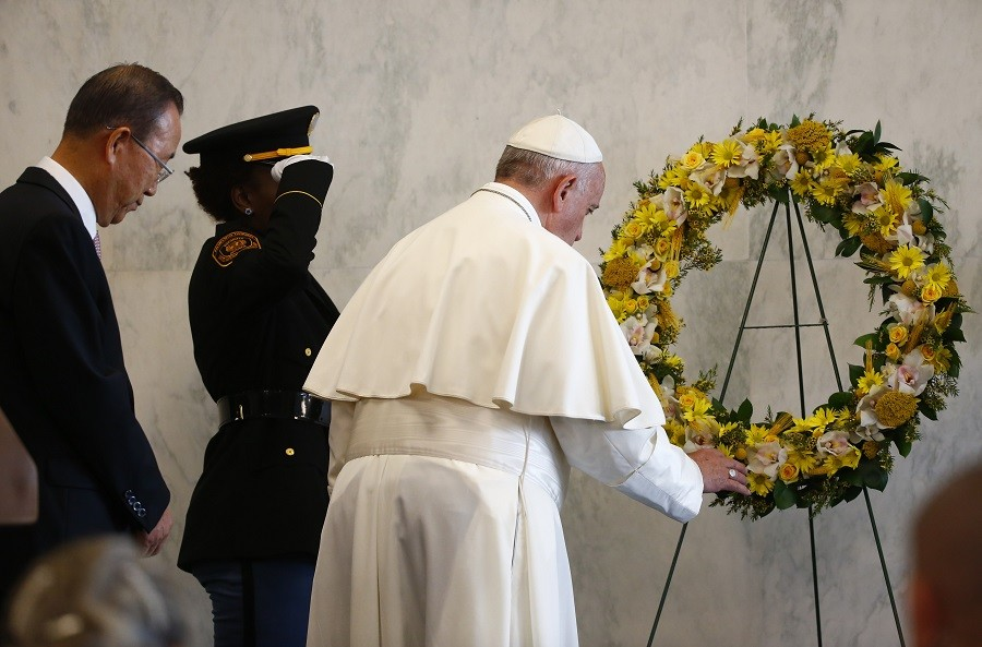 Pope Francis pays tribute to those who have died in service to the United Nations around the world as UN Secretary General Ban Ki-moon looks on © Tony Gentile