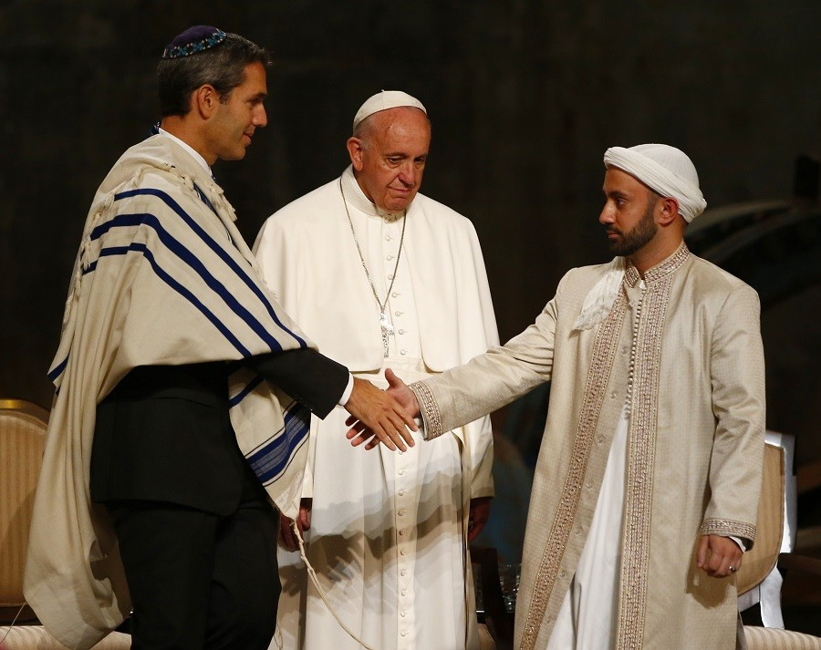 Rabbi Elliot Cosgrove and Imam Khalid Latif shake hands in front of Pope Francis during an interfaith ceremony at the 9/11 Memorial Museum © Tony Gentile