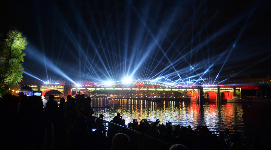 A light show on the Andreyevsky Bridge during the opening ceremony for the Circle of Light Moscow International Festival. © Iliya Pitalev