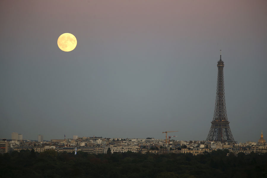 A super moon rises in the sky near the Eiffel tower as seen from Suresnes, Western Paris, France, September 27, 2015. ©Charles Platiau