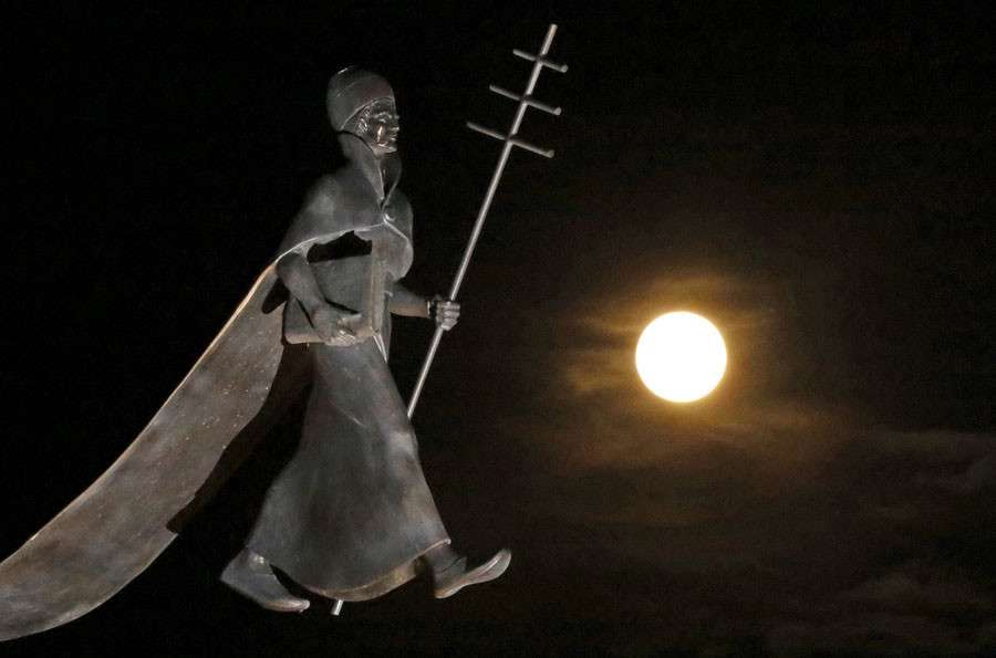 A full moon, the last of this year's supermoons, rises near a statue of Pope Leon IX in Eguisheim, Eathern France, September 27, 2015. ©Jacky Naegelen