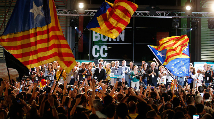 Junts Pel Si (Together For Yes) supporters wave flags while Catalan President Artur Mas and other politicians take the stage after polls closed in a regional parliamentary election in Barcelona, Spain, September 27, 2015 © Sergio Perez