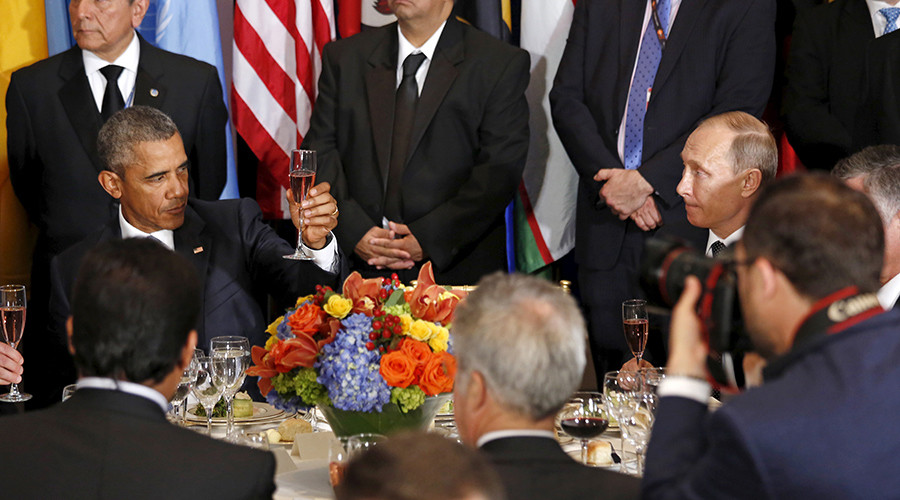 Russian President Vladimir Putin and U.S. President Barack Obama share a toast during the luncheon at the United Nations General Assembly in New York September 28, 2015 © Kevin Lamarque