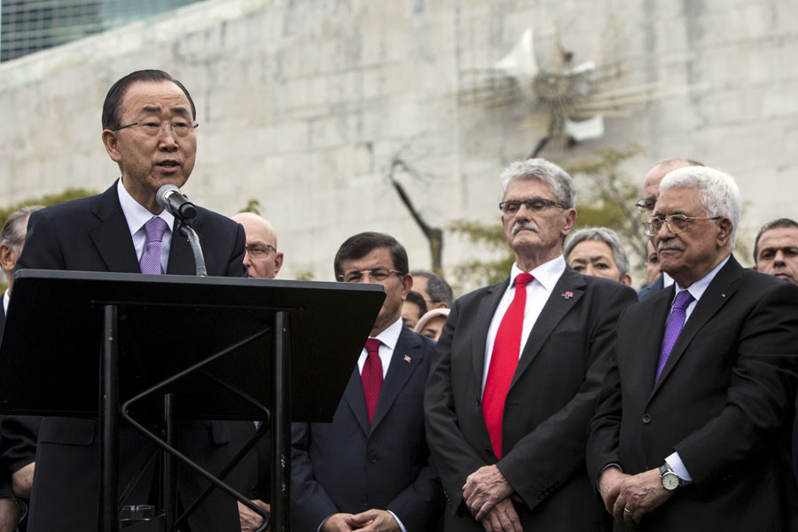 U.N. Secretary General Ban Ki-moon (L) speaks beside Palestinian President Mahmoud Abbas (R) during a ceremony in which the Palestinian flag was raised during the United Nations General Assembly at the United Nations in Manhattan, New York September 30, 2015. © Andrew Kelly