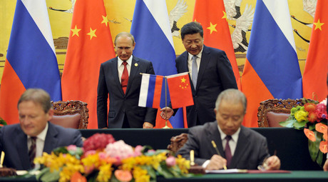Chinese President Xi Jinping (R, back) attends a signing ceremony with Russian President Vladimir Putin (L, back) at the Great Hall of the People in Beijing, China September 3, 2015. © Parker Song