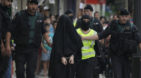 Spanish police arrest an 18-year-old Moroccan woman suspected of recruiting other women via the Internet to the jihadist group Islamic State (IS), in Gandia on September 5, 2015. © Jose Jordan