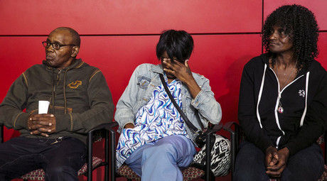 Gloria Darden, mother of Freddie Gray (R), sits with family members. © Lucas Jackson