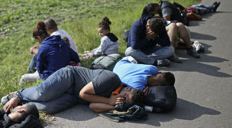 Migrants sit on the ground after being detained by police in Morahalom, Hungary September 15, 2015. © Dado Ruvic