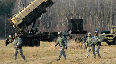 U.S soldiers walk next to a Patriot missile defence battery during join exercises at the military grouds in Sochaczew, near Warsaw © Franciszek Mazur