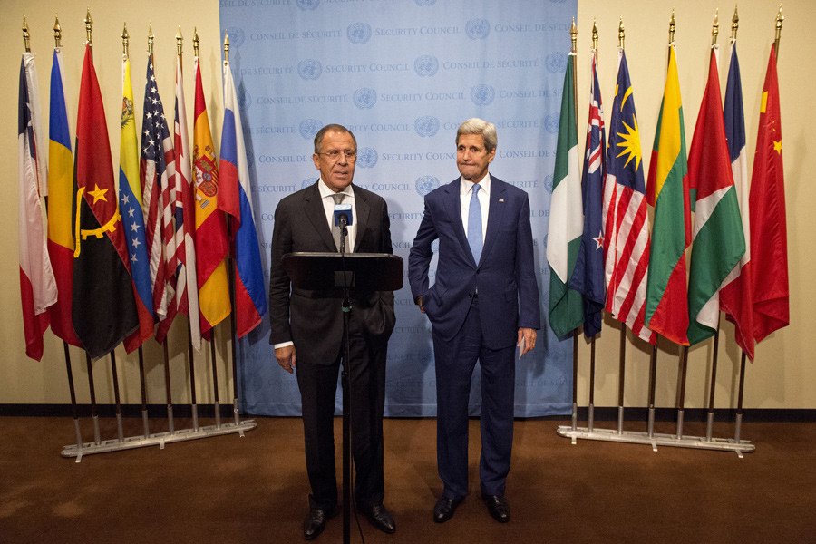 Russian Foreign Minister Sergei Lavrov (L) speaks during a news conference with United States Secretary of State John Kerry (R) at the United Nations headquarters in Manhattan, New York September 30, 2015. © Darren Ornitz