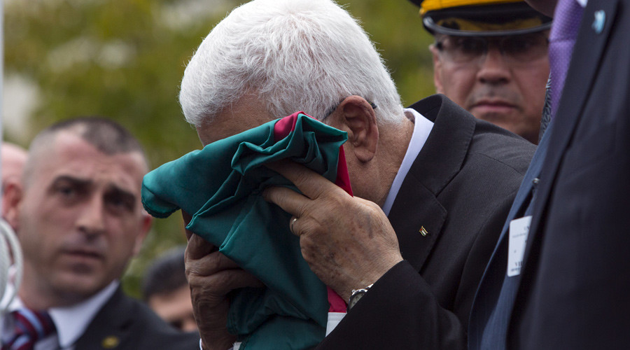 Palestinian President Mahmoud Abbas kisses a Palestinian flag before raising it during United Nations General Assembly at the United Nations in Manhattan, New York September 30, 2015. © Andrew Kelly