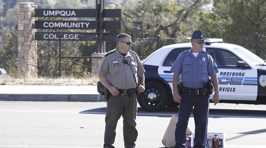 Police officers stand guard near the site of a mass shooting at Umpqua Community College in Roseburg, Oregon October 1, 2015.  © Steve Dipaola