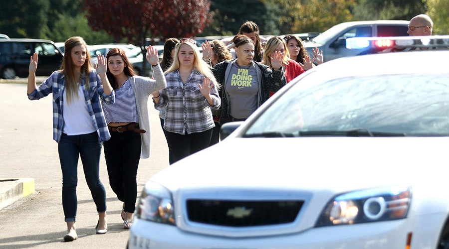Students, staff and faculty are evacuated from Umpqua Community College in Roseburg, Oregon, after a deadly at the school on October 1, 2015. © Michael Sullivan