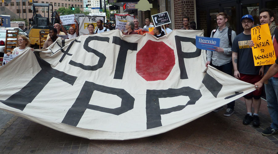Protestors call for the rejection of the Trans-Pacific Partnership trade deal under negotiation in Atlanta, Georgia on October 1, 2015. © Paul Handley