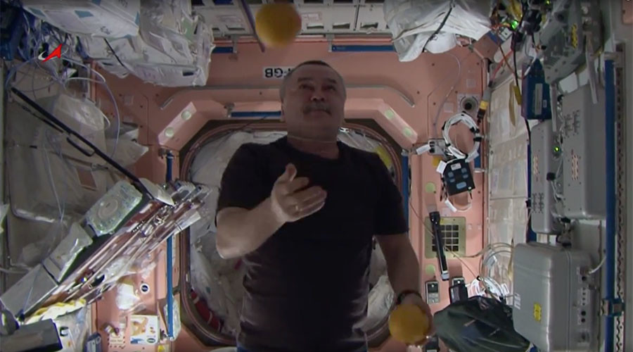 Circus in space: ISS crew members juggle oranges in zero gravity (VIDEO)