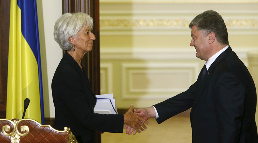 Ukrainian President Petro Poroshenko greets International Monetary Fund (IMF) Managing Director Christine Lagarde after a news conference in Kiev, Ukraine, September 6, 2015. © Valentyn Ogirenko