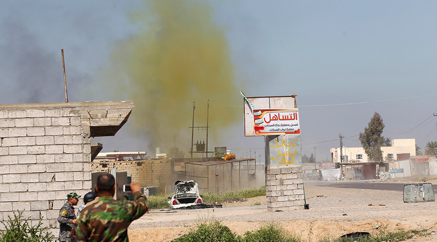 A chlorine-tinged cloud of smoke rises into the air in the town of al-Alam in Salahuddin province © Thaier Al-Sudani