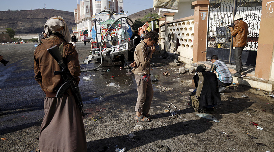A Houthi militant stands outside al-Nour mosque in Yemen's capital Sanaa October 7, 2015 © Mohamed al-Sayaghi