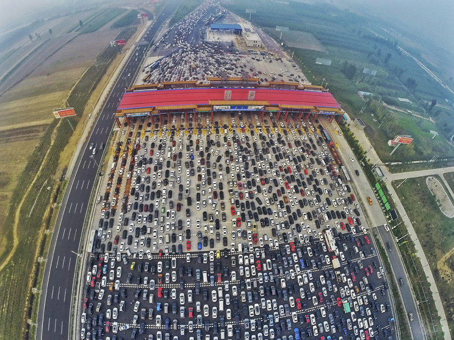 Vehicles are seen stuck in a traffic jam near a toll station as people return home at the end of a week-long national day holiday, in Beijing, China, October 6, 2015. © China Daily