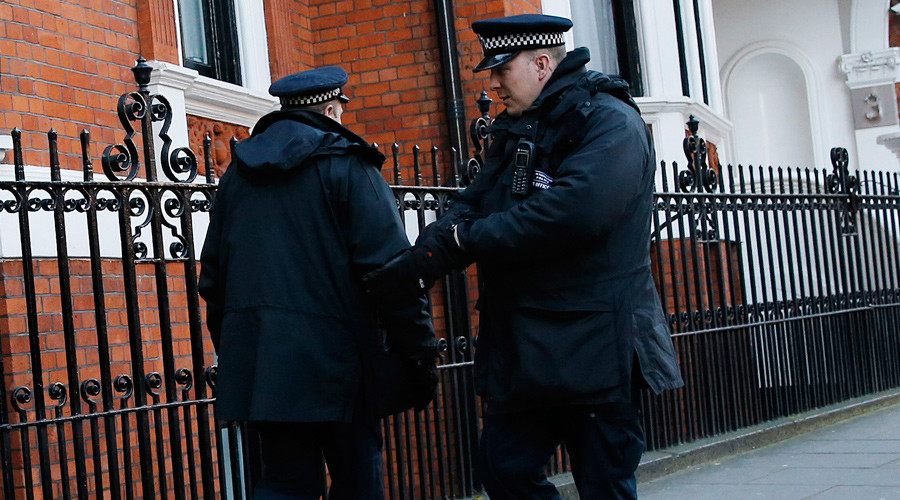 2 London police officers dismissed for sending racist text messages