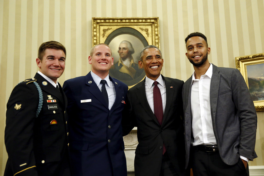 U.S. President Barack Obama pose for a pictures with Spencer Stone (2nd L), Anthony Sadler (R) and Alek Skarlatos (L), the three men who subdued a gunman on a Paris-bound train in August, at the Oval Office At the White House in Washington September 17, 2015. © Carlos Barria