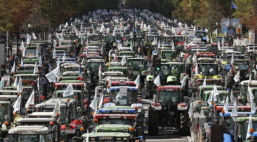 French farmers converge on the Place de la Nation square, driving their tractors on the Cours de Vincennes in Paris, France, September 3, 2015. © Charles Platiau