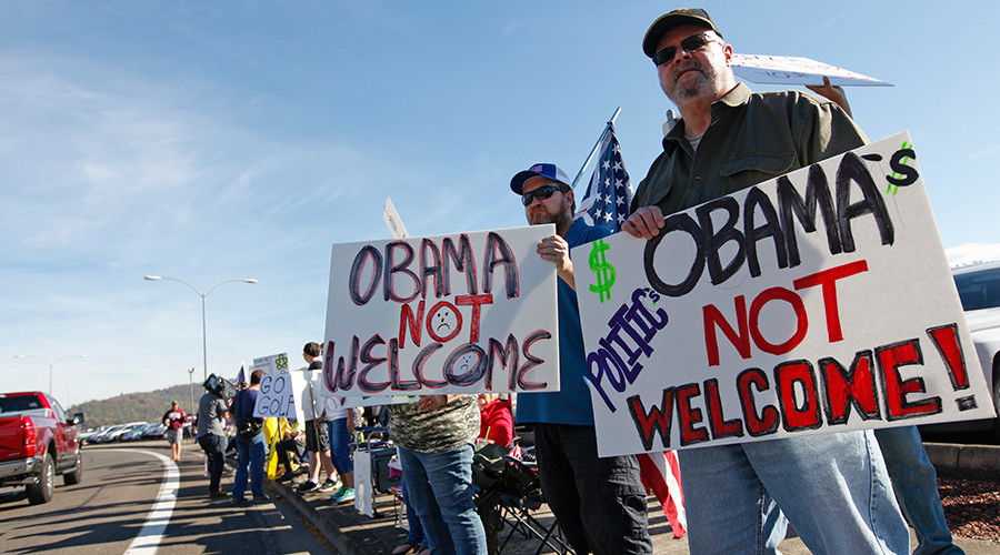 Jeff Hill (R), 60, of Chiloquin, protests the visit by U.S. President Barack Obama to the town of Roseburg, Oregon October 9, 2015 © Amanda Loman