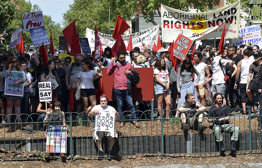 Members of the left-wing coalition hold banners and placards as they protest in the town of Bendigo, located in the state of Victoria, Australia, October 10, 2015 © Baris Atayman