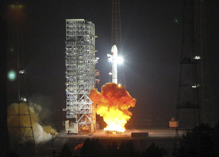 Long March 3C, carrying the 6th Beidou navigational satellite, lifts off from the launch pad at the Xichang Satellite Launch Center, Sichuan province, November 1, 2010. © Reuters