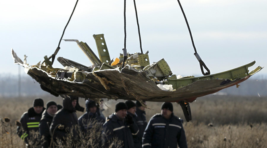 A crane transports a piece of the Malaysia Airlines flight MH17 wreckage at the site of the plane crash near the village of Hrabove (Grabovo) in Donetsk region, eastern Ukraine November 20, 2014.  © Antonio Bronic