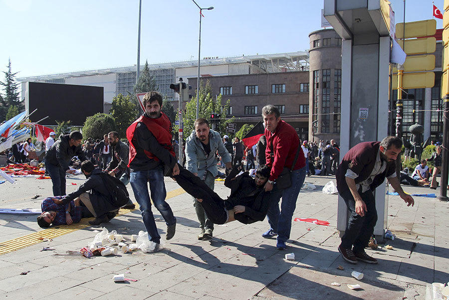 People carry an injured man after an explosion during a peace march in Ankara, Turkey, October 10, 2015. © Tumay Berkin