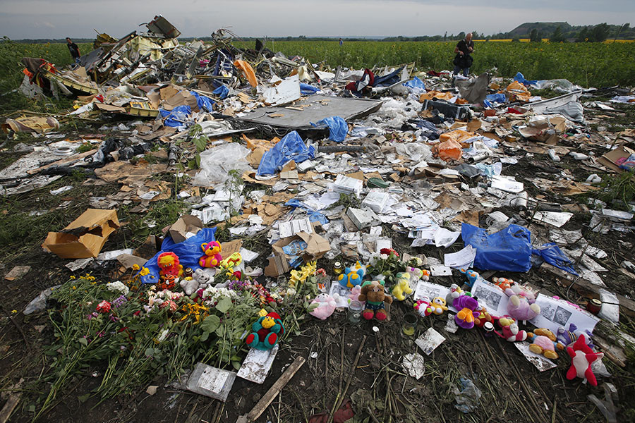 Flowers and mementos left by local residents at the crash site of the Malaysia Airlines Flight MH17 are seen near the settlement of Rozspyne in the Donetsk region, in this July 19, 2014 fie photo. © Maxim Zmeyev