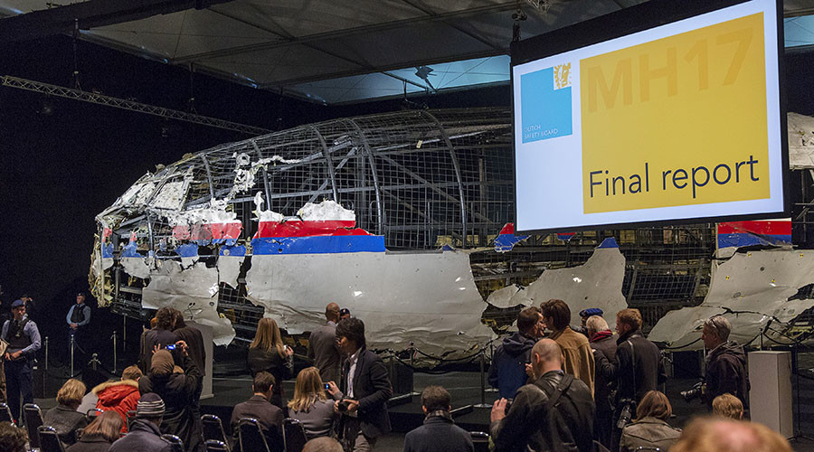 The reconstructed airplane serves as a backdrop during the presentation of the final report into the crash of July 2014 of Malaysia Airlines flight MH17 over Ukraine, in Gilze Rijen, the Netherlands, October 13, 2015. © Michael Kooren