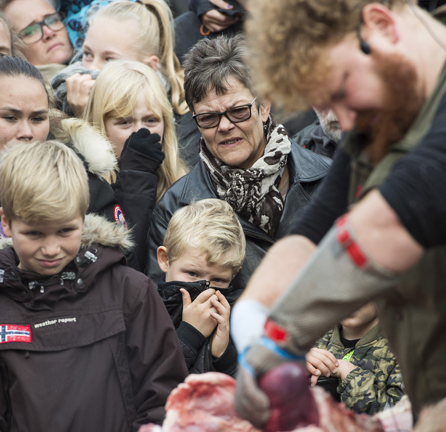 People watch as a lion is dissected at Odense Zoo in Odense, Denmark October 15, 2015. © Claus Fisker / Scanpix Denmark