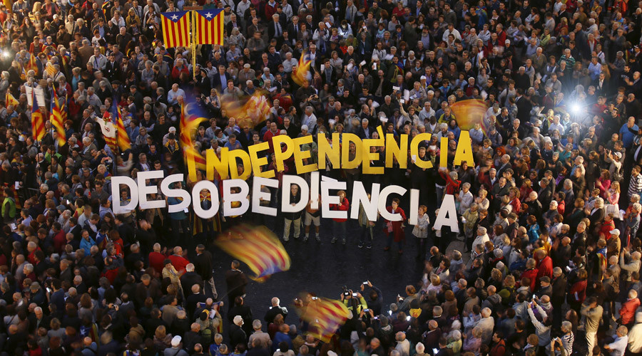 People protest against the decision by Catalonia's Supreme Court regarding the 9N consultation at Sant Jaume square in Barcelona, Spain, October 13, 2015. © Albert Gea