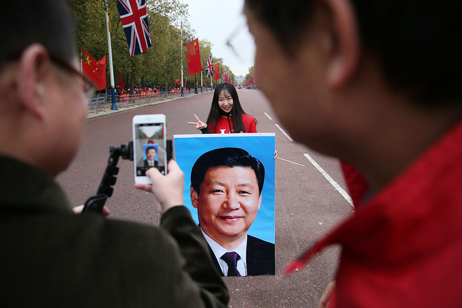 Supporters of China's President Xi Jinping wait on the Mall for him to pass during his ceremonial welcome, in London, Britain, October 20, 2015. © Neil Hall