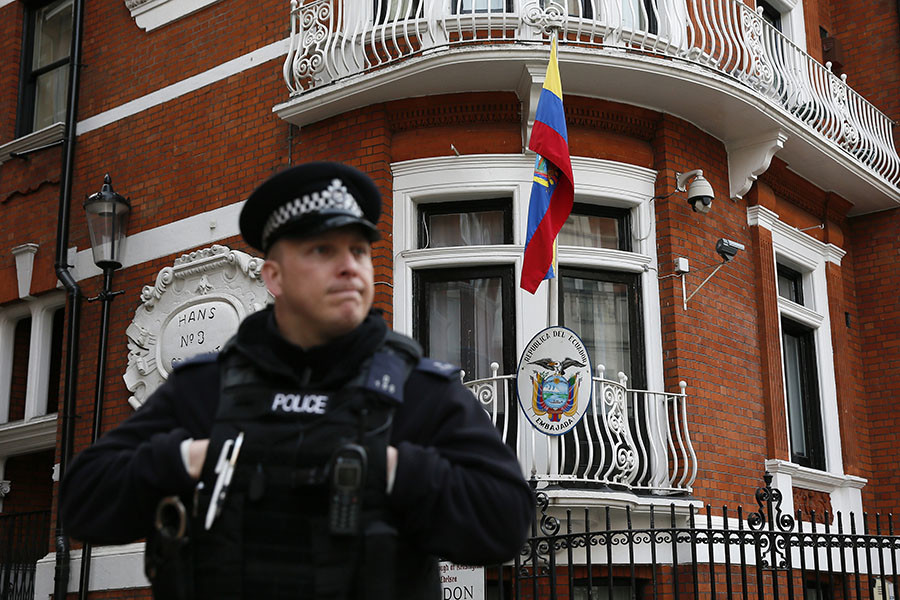 A police officer stands outside the Ecuador embassy in London. © Stefan Wermuth