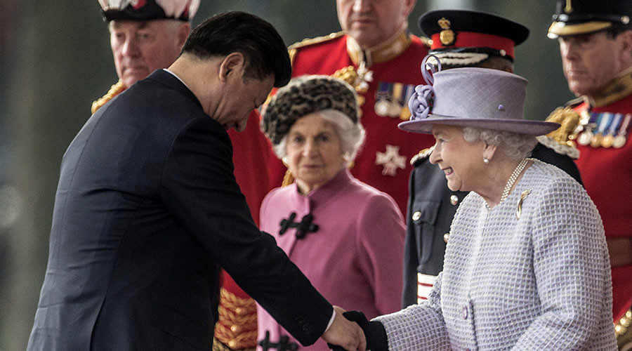 Britain's Queen Elizabeth greets China's President Xi Jinping during Xi's official welcome ceremony in central London, Britain October 20, 2015. © Richard Pohle