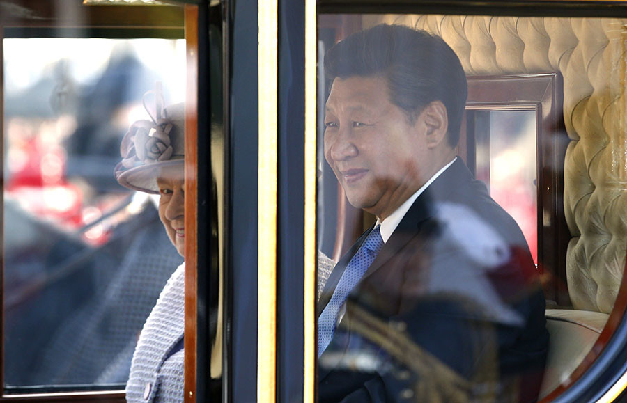 Britain's Queen Elizabeth and the President of China, Xi Jinping, are driven by carriage along The Mall to Buckingham Palace in London, Britain October 20, 2015. © Alastair Grant