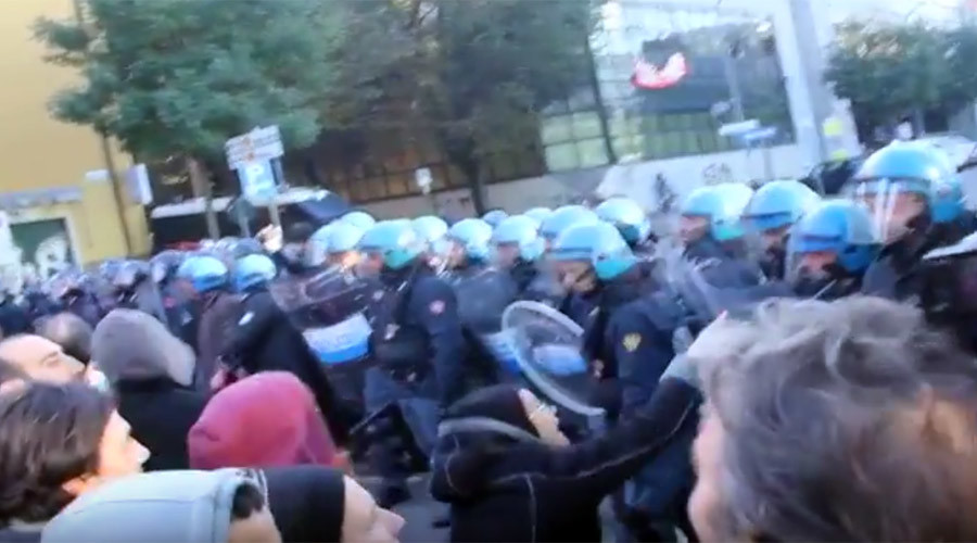 Riot police clash with squatters refusing eviction in Bologna (PHOTOS, VIDEO)