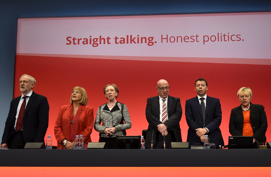 Britain's opposition Labour Party Leader, Jeremy Corbyn (L) and other Party members sing at the close of the Labour Party conference at Brighton, Britain © Toby Melville