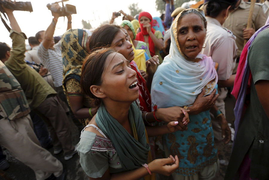 Relatives of two children who were burnt alive, mourn during a protest at Ballabhgarh, in the northern state of Haryana, India, October 21, 2015. © Adnan Abidi