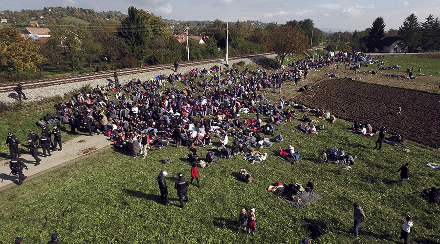 Migrants rest after crossing the border from Croatia in Rigonce, Slovenia October 21, 2015. © Sasa Kavic