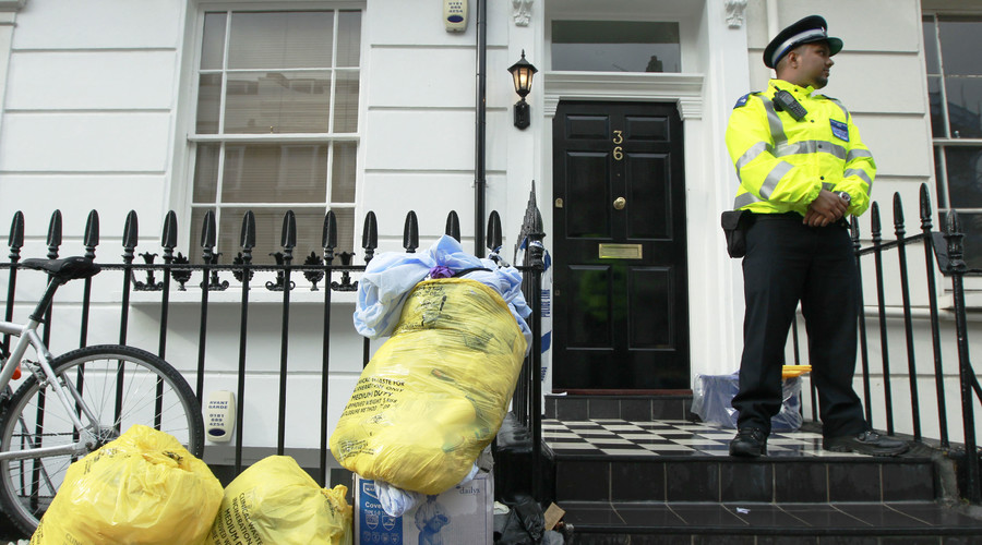 A police support officer guards a property in Pimlico, in central London August 26, 2010. © Luke MacGregor
