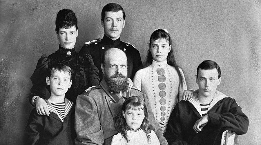 Alexander III with his wife and their children © wikipedia.org