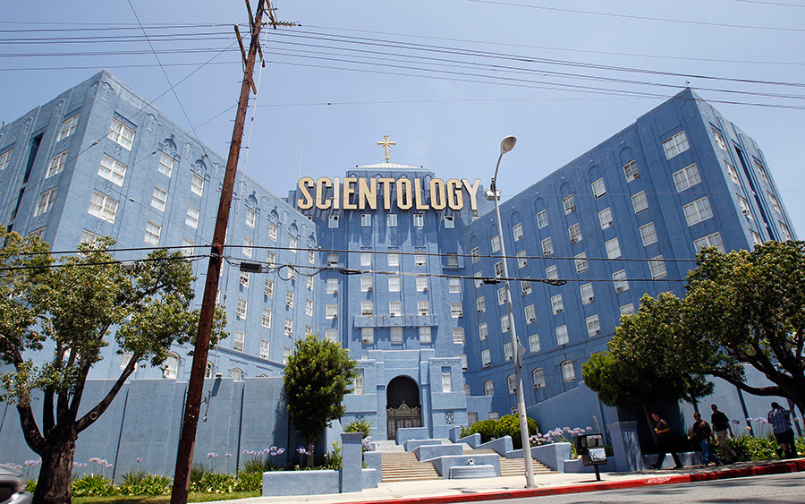 People walk past the Church of Scientology of Los Angeles building © Mario Anzuoni