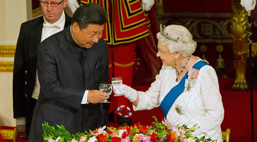 Chinese President Xi Jinping with Queen Elizabeth at a state banquet at Buckingham Palace, London © Dominic Lipinski